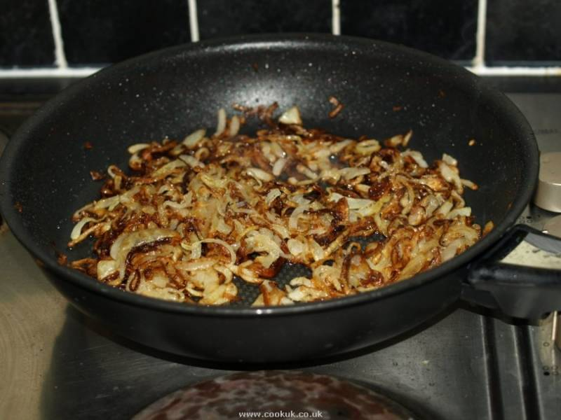 Отдельно обжариваем лук. Затем смешиваем с грибами и выкладываем на дно салатницы. Делаем майонезную сетку.