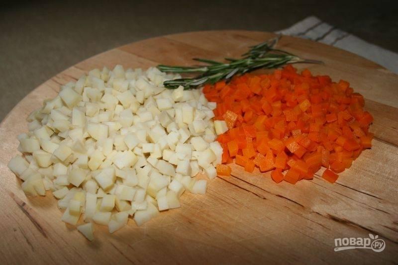 5.Нарежьте мелкими кубиками отварную морковь и картофель.