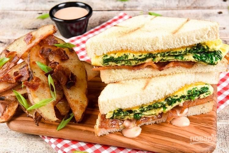 6. Тосты закройте вторым кусочком хлеба. Подавайте сэндвичи с картофелем. Вкусного завтрака!