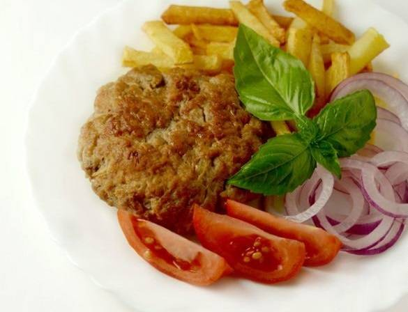 Выкладываем на тарелку готовые котлеты. Традиционно, хорошо сочетается с фри и свежими овощами. Приятного аппетита!