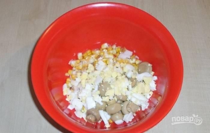 Яйца отварите вкрутую. Затем остудите их, почистите и нашинкуйте.