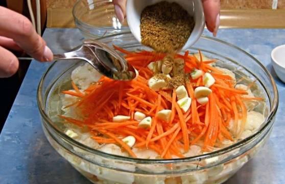 Капуста с маринадом остыла. Добавьте к ней морковь, чеснок и приправы. Перемешайте и оставьте мариноваться 4-6 часов. Затем слейте жидкость и подавайте салат на стол.