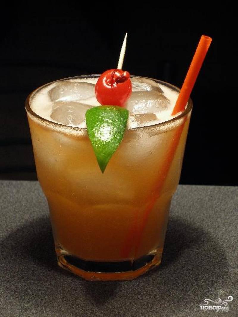 Возьмите старомодный широкий бокал с толстым дном. Вылейте в него все ингредиенты коктейля, заполните доверху колотым льдом, украсьте соломинкой, вишенкой, листочком мяты и подавайте вашим изумленным гостям.
