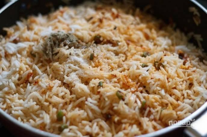Теперь добавляем в сковороду рис, уксус, перемешиваем. Прогреваем пару минут и снимаем с огня. Приятного аппетита!