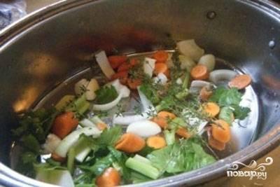 Духовку разогрейте до 220 градусов. Две луковицы, морковь, сельдерей и тимьян помойте и нарубите. Уложите овощи в глубокую посуду для запекания.