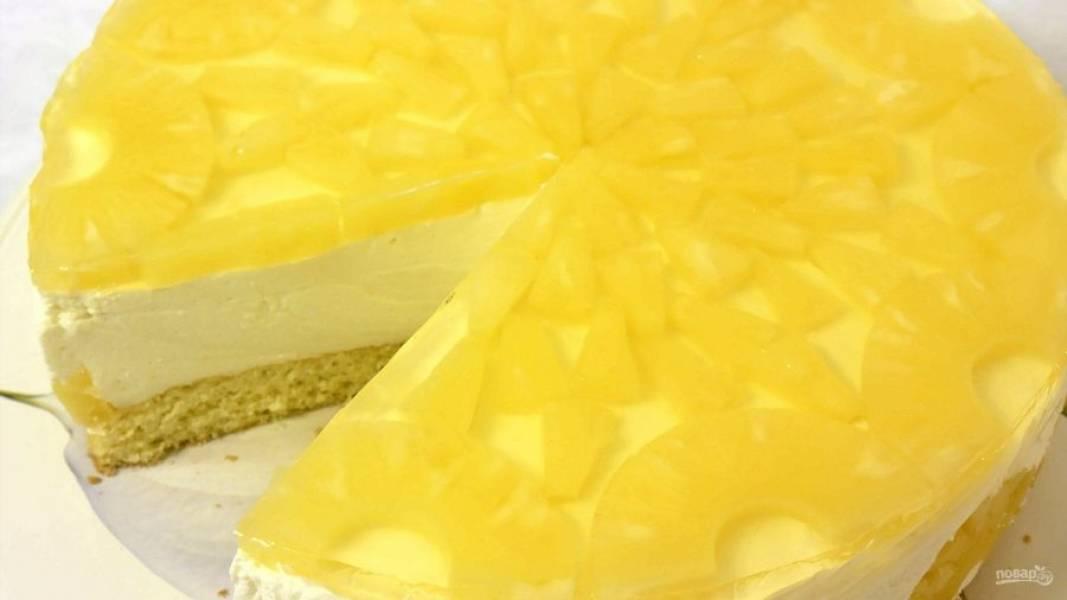 6. Добавьте желатин к горячему ананасовому сиропу и полностью остудите. Торт украсьте кусочками ананаса и вылейте остывшее желе. Отправьте торт в холодильник до полного застывания. Приятного аппетита!