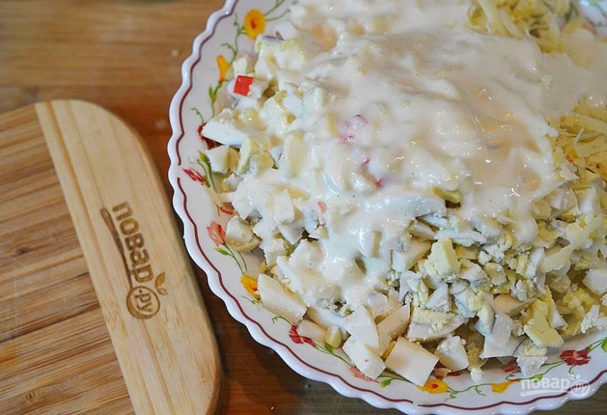 6. Добавьте в салат тертый сыр и майонез.