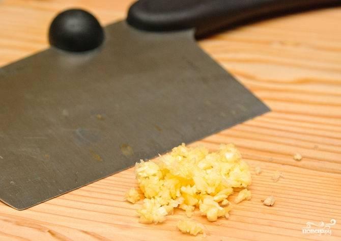3. За это время измельчить ножом (или выдавить через пресс) чеснок.