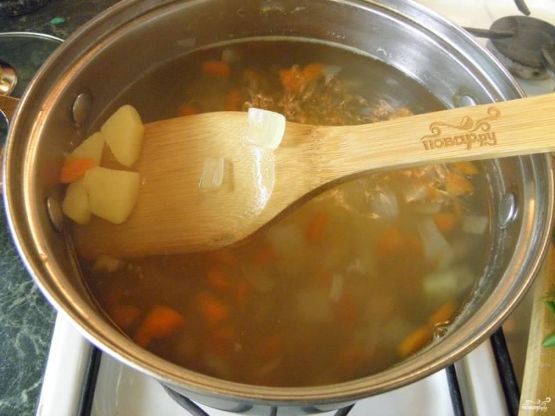Отправьте в кипящую воду овощи, проварите 20 минут, то есть до полной готовности.
