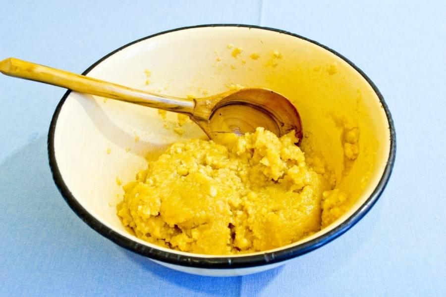 1. Рецепт приготовления бананового чизкейка в мультиварке следует начать с коржа. Для этого традиционно нужно измельчить печенье в мелкую крошку, воспользовавшись блендером или кухонным молоточком. Размягченное, но не растопленное, сливочное масло смешать с печеньем.
