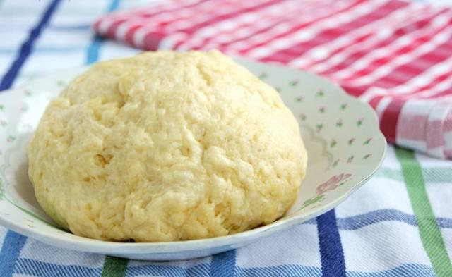 Должно получится достаточно тугое тесто. Завернем его в пищевую пленку и положим в холодильник хотя бы на пол часа.