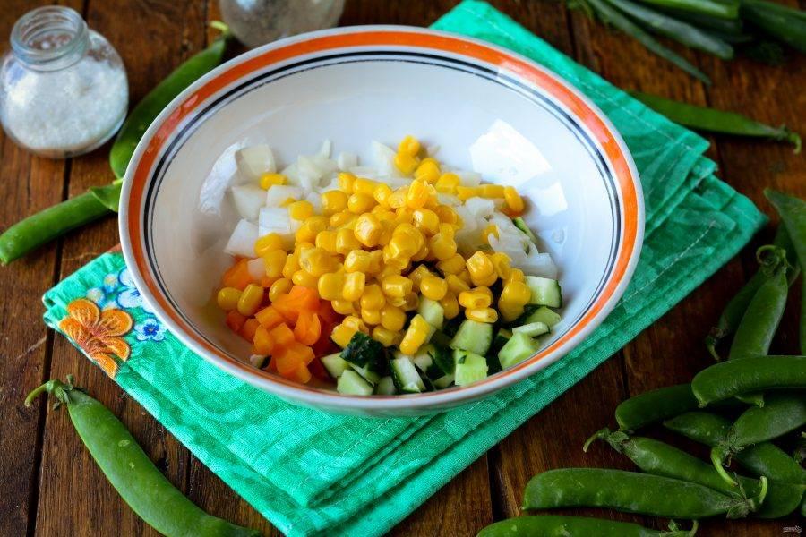 Отправьте в салатник морковку, яйца, огурцы и лук. Добавьте консервированную кукурузу.