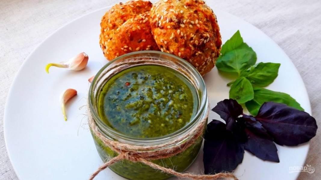 4. Снова перемешайте с помощью блендера. Переложите соус в баночку и вылейте сверху оставшееся оливковое масло. Приятного аппетита!