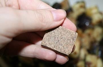 Посыпаем баклажаны грибным кубиком, раскрошив его.