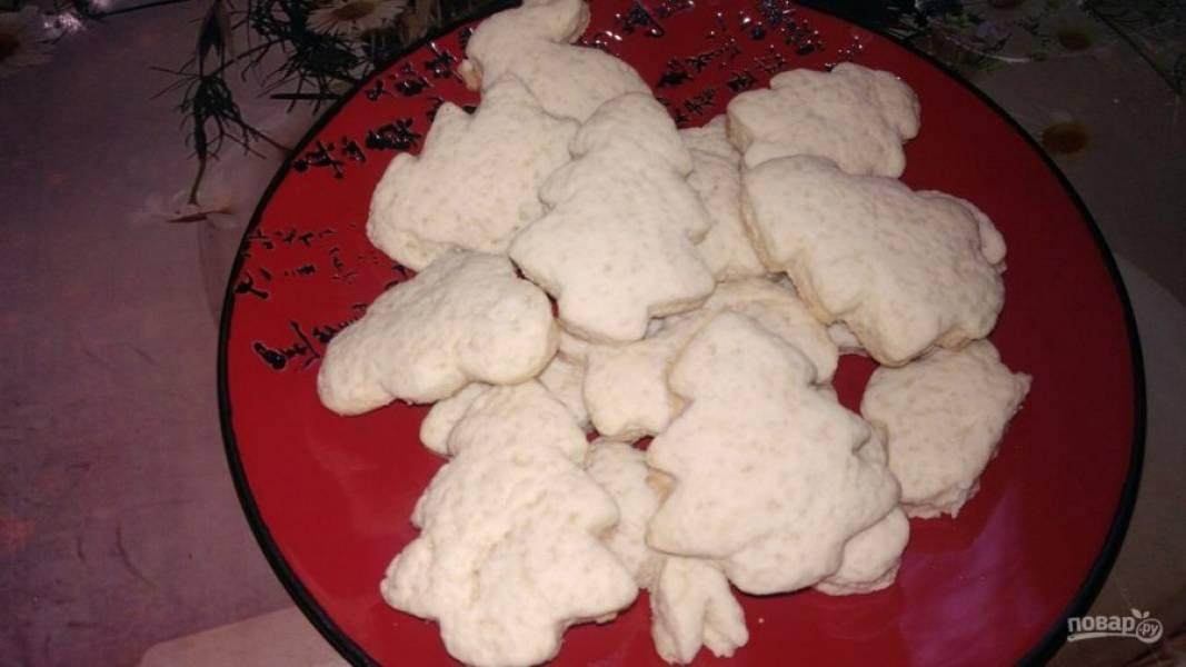 8. Выпекайте печенье около 15 минут при температуре 180 градусов. Затем дайте немного остыть и снимите с формы на блюдо.