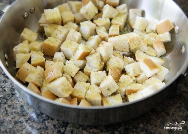 5. Нарежьте мелкими кубиками хлеб. Посолите и при желании поперчите немного. Добавьте пару ложек оливкового масла и перемешайте.