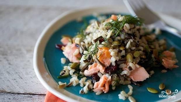 Салат из лосося горячего копчения с рисом