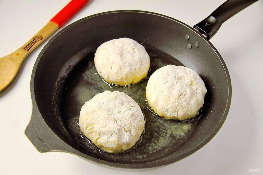 Параллельно разогрейте сковороду с растительным маслом и выкладывайте на нее сформированные бульбяники.