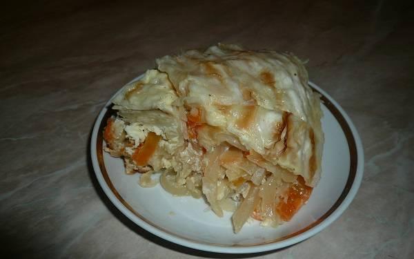9. Через часик получится вот такой аппетитный пирог. При желании можно добавить сверху горсть сыра, она придаст особую пикантность и румяную корочку. Приятного аппетита!