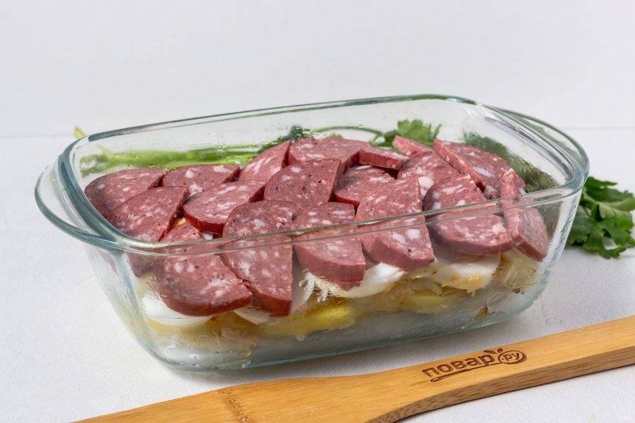 Четвертый слой - нарезанная колбаса. Можно присыпать паприкой.