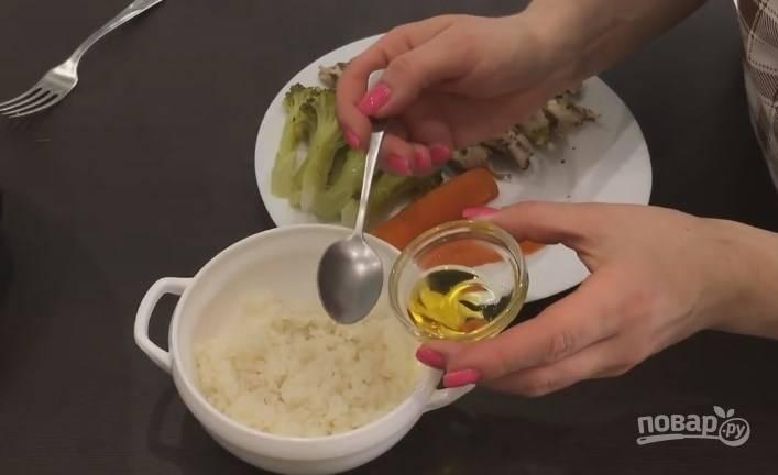 """6. Готовьте в режиме """"на пару/мясо"""" в течение 20 минут. Достаньте мясо и овощи, воду с риса слейте. Заправьте рис ложкой льняного масла."""
