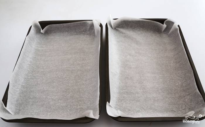 Две прямоугольные формы для запекания застилаем пергаментной бумагой.