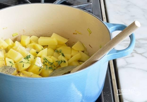 4. Выложите нарезанный кубиками картофель, добавьте соль, специи, бульон или воду.