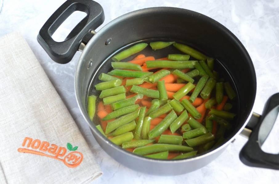 2. Залейте кипятком, положите щепотку соли и варите 10 минут. Этого времени достаточно для варки тонко порезанной моркови и фасоли. Готовые овощи откиньте на дуршлаг, чтобы стекла вся жидкость.
