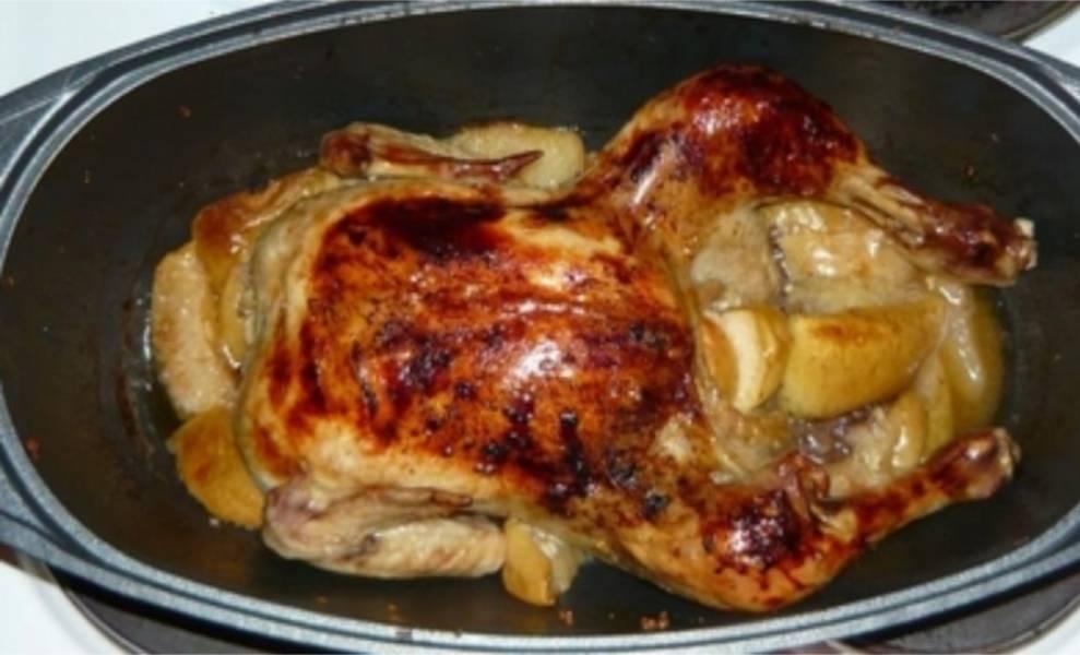 6. Когда курица стала уж совсем румяной, пора ее вытаскивать и подавать к столу. Приятного аппетита!