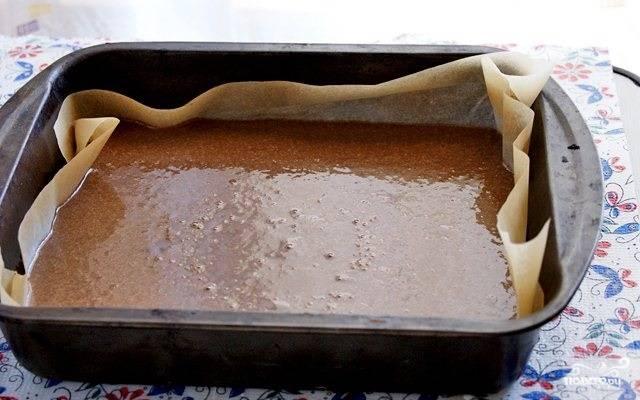 11. Форму для запекания застелите пергаментом, вылейте в неё тесто. Отправьте в разогретую до 180 градусов духовку.