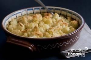 Залейте капусту соусом, посыпьте сыром смешанным с панировочными сухарями и запекайте в духовке 15-20 минут пока сыр не растопиться.