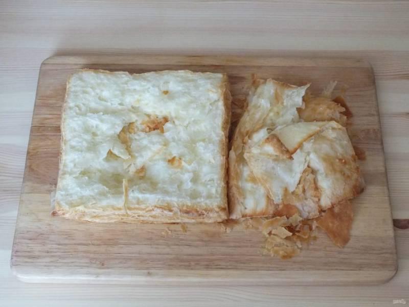 Соберите торт. Возьмите охлажденный корж, снимите немного теста и отложите.