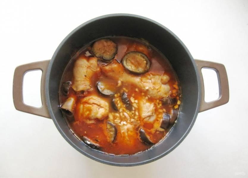 Готовьте блюдо еще 15 минут, затем снимите с огня. В самом конце добавьте измельченный чеснок.