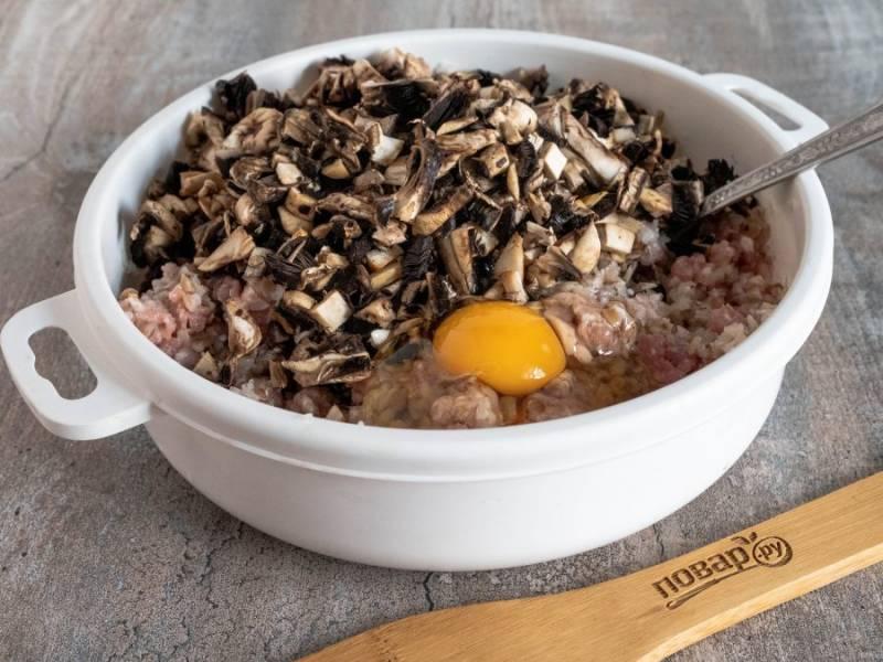 Грибы помойте и мелко нарежьте, добавьте в фарш с сырым яйцом.