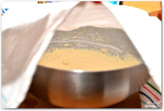 Накрываем миску с получившейся массой полотенцем и оставляем в теплом месте на 1 час.