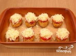 9.Колечки помидоров посыпаем тертым сыром. Отправляем котлеты в разогретую духовку и запекаем 40-45 минут при температуре 180 градусов.