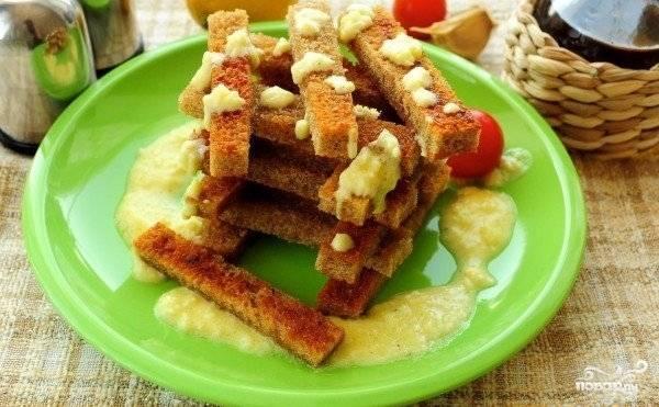 Осталось посолить и поперчить соус по вкусу и приготовить к нему хрустящие греночки. Соус подавайте охлажденным.