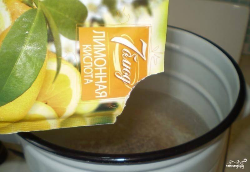 Возьмите небольшую чистую кастрюльку, влейте в нее литр чистой питьевой воды. Поставьте кастрюльку на плиту, включите большой огонь. Доведите воду до кипения, уменьшите силу газа. Всыпьте в воду лимонную кислоту.