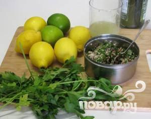 Слейте воду с риса и добавьте в него мелко нарезанную петрушку, соль, лук, нарезанную мяту, порошок перца чили, 1/4 стакана лимонного сока и хорошенько перемешайте.