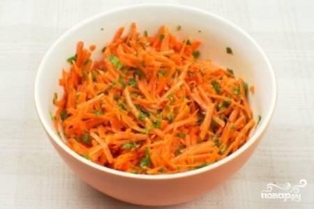 Хорошенько перемешайте салат, попробуйте и посолите по вкусу. Приятного аппетита!