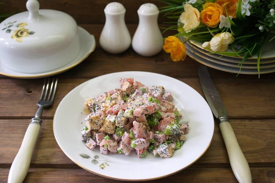Заправьте салат майонезом. Добавьте соль и перец по вкусу. Приятного аппетита.