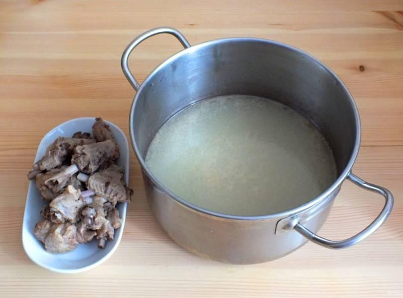 Готовый бульон процедите. С кусочков утки срежьте мясо.