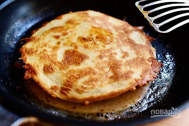 7. Накройте кесадилью вторым лавашом и обжарьте на сливочном масле до румяной корочки.