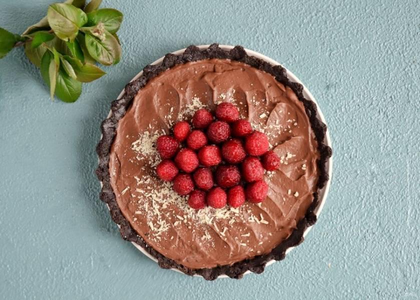 Сверху выложите малину и тертый белый шоколад.