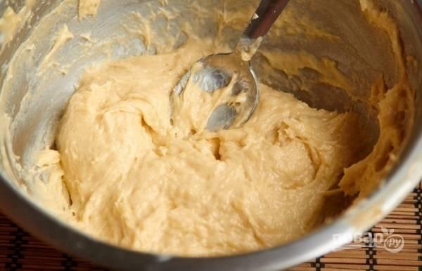 2. В отдельной мисочке взбейте яйца с сахаром и щепоткой соли. Растопленную медовую массу снимите с огня, немного остудите и соедините с яйцами. Взбейте все до однородности. Просейте муку с разрыхлителем и добавляйте небольшими порциями.
