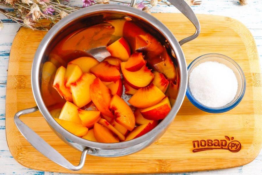 Промойте персики в воде, смывая ворсистый слой. Если фрукты мелкие, то используйте 2-3 штуки. Нарежьте мякоть в кастрюлю, удаляя косточку.