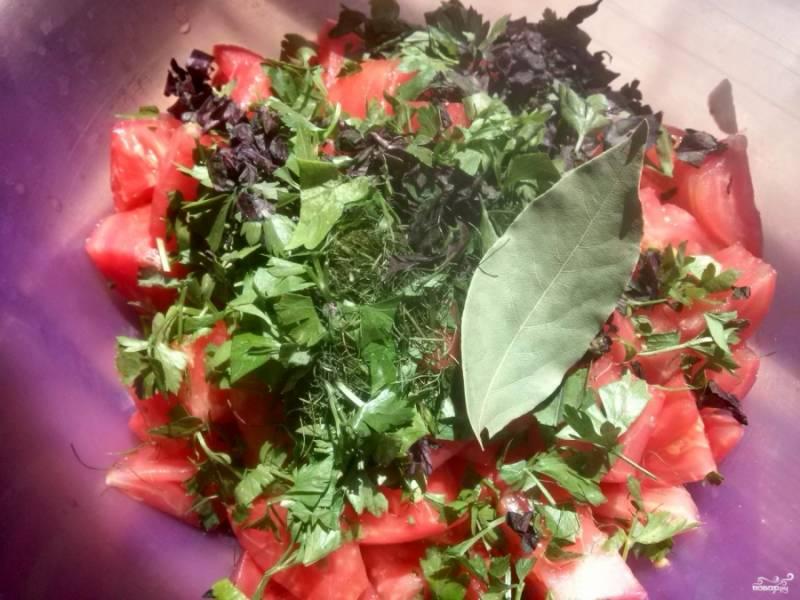 На помидорах сделайте крестообразный надрез, залейте на 1 минуту кипятком, обдайте холодной водой, снимите кожицу и нарежьте крупными кубиками. Добавьте соль, специи, зелень и перемешайте.