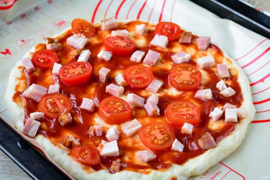 Распределите бекон и помидоры на пицце.
