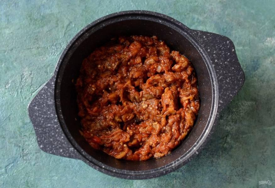 Добавьте томатное пюре, перемешайте. Следом добавьте баклажаны, тушите на небольшом огне 15-20 минут.