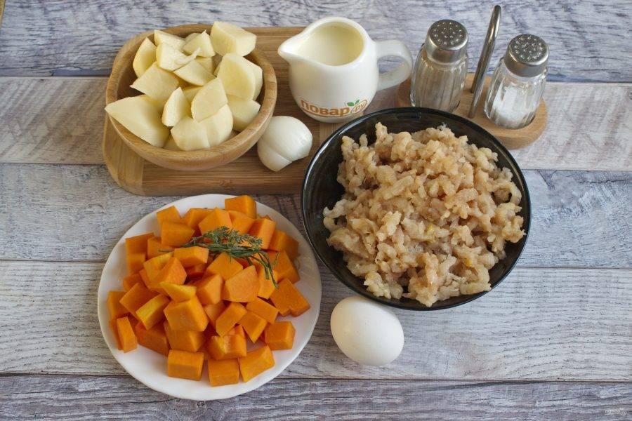 Тыкву и картофель нарежьте кубиками по 2х2 см. Лук измельчите.
